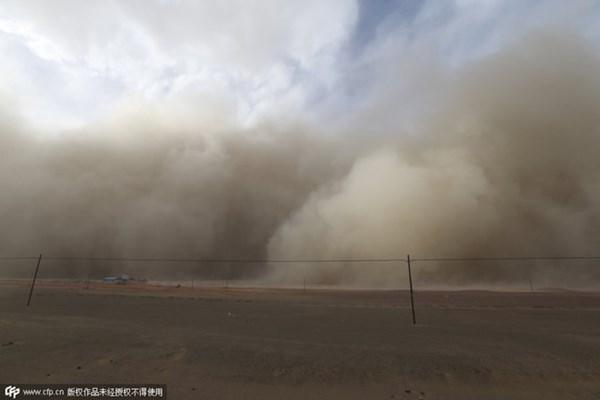 Bầu trời tối sầm vì bão cát tại Trung Quốc