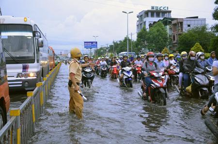 TPHCM: Đường phố thành sông, người người khốn khổ đẩy xe, lội nước
