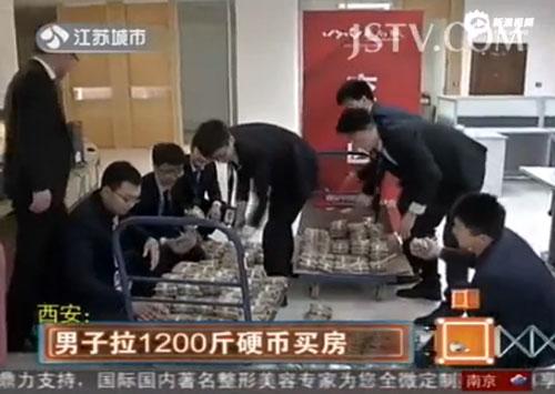Người đàn ông mang 600 kg tiền xu đi mua nhà