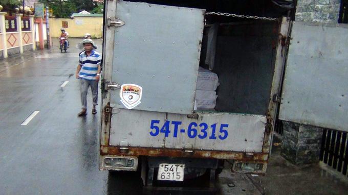 Bắt hai xe tải chứa hàng chục ngàn bao thuốc lá lậu