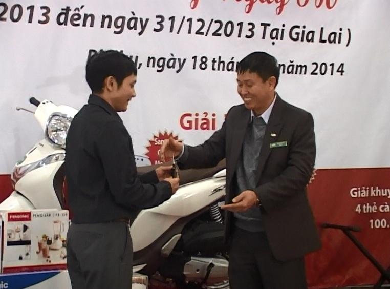 Viettel Gia Lai trao thưởng xe SH cho khách hàng  đặc biệt của năm 2013