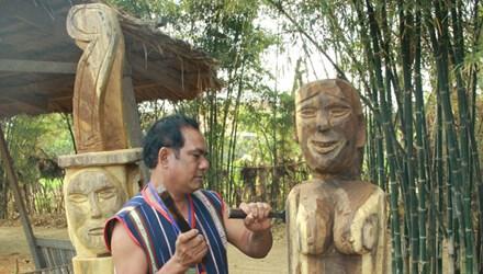 Trao thưởng cho nghệ nhân tạc tượng gỗ