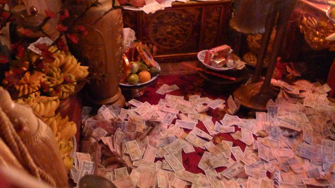 Đền chùa vẫn ngập tiền lẻ
