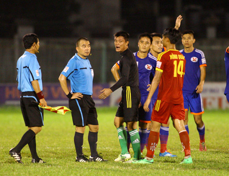 """Vòng 22 V-League 2014: Trọng tài Phùng Đình Dũng suýt """"no đòn"""" ở Long Xuyên"""