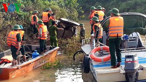 Hình ảnh trục vớt xe 7 chỗ và 3 nạn nhân bị lũ