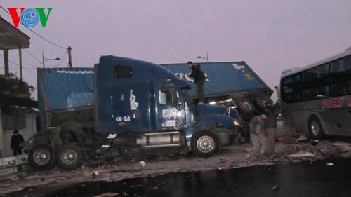 Xe khách đâm container: Phụ xe chết, tài xế bị thương nặng