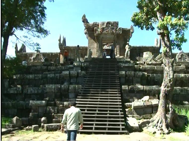 Lung linh đền Prết Vi Hia.