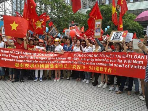 Người Việt ở Đài Loan xuống đường quyên góp ủng hộ lực lượng bảo vệ biển Đông
