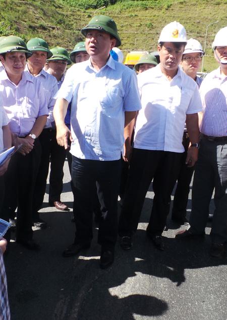 Tận mắt thấy đường hỏng, Bộ trưởng Thăng chỉ đạo dừng ngay trạm thu phí