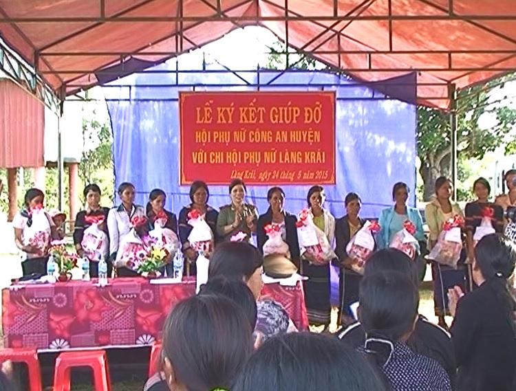 Hội phụ nữ công an huyện Chư Păh tổ chức lễ ký kết giúp đỡ Chi hội phụ nữ làng Krái, thị trấn Phú Hòa