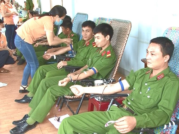 Công an Trại giam Gia trung tổ chức hiến máu tình nguyện năm 2015