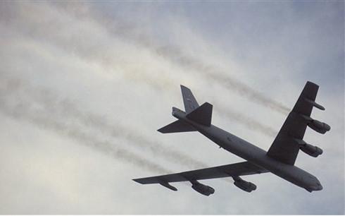 Máy bay B-52 của Mỹ bay qua đảo trên Biển Đông, Trung Quốc nổi giận