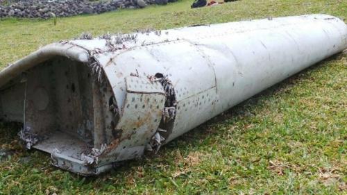 Malaysia cử chuyên gia xác minh mảnh vỡ nghi của MH370