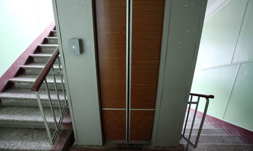 Kẻ giết người bị kẹt trong thang máy cùng nạn nhân