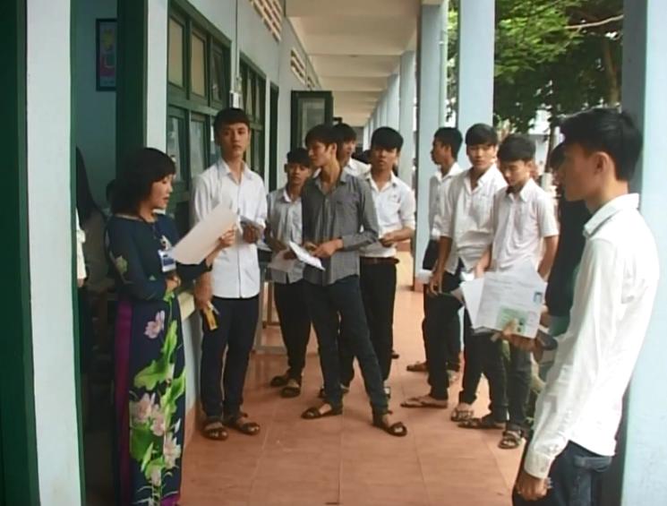 Các thí sinh tham dự kỳ thi THPT Quốc gia năm 2015 bước vào buổi thi đầu tiên