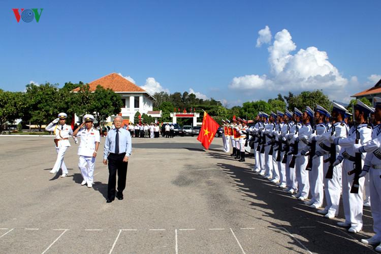 Chùm ảnh: Tổng Bí thư thăm tàu hộ vệ Lý Thái Tổ và tàu ngầm Kilo