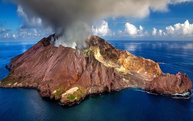 Núi lửa phun trào khiến 20 người bị thương ở New Zealand
