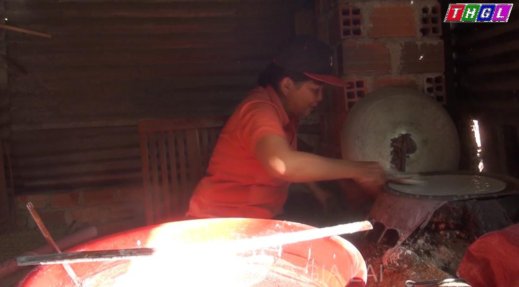 Làng nghề làm bánh tráng tại thị xã Ayun Pa tất bật vụ Tết