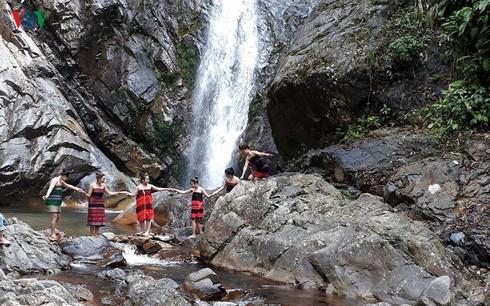 Thăm thác A Nôr, điểm du lịch tuyệt đẹp nơi vùng cao A Lưới