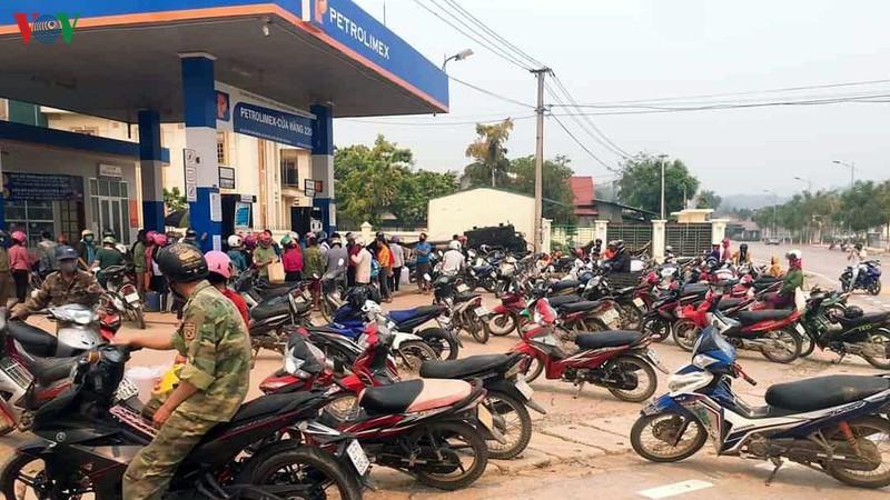 Lại thêm cảnh người dân ùn ùn đi mua xăng tích trữ bất chấp dịch Covid-19