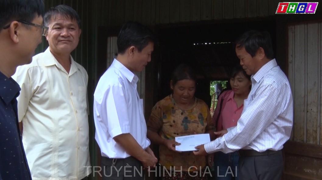 Chủ nhiệm Ủy Ban Kiểm tra Tỉnh ủy tặng quà gia đình chính sách có hoàn cảnh khó khăn tại Chư Prông