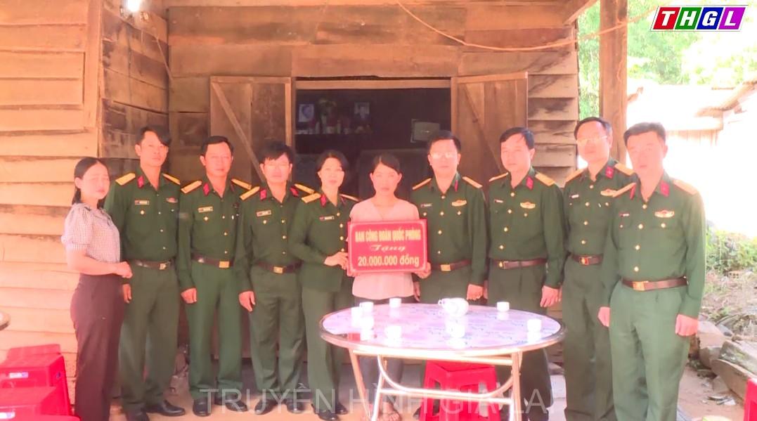 Ban Công đoàn Quốc phòng hỗ trợ động viên gia đình nạn nhân bị lũ cuốn trôi