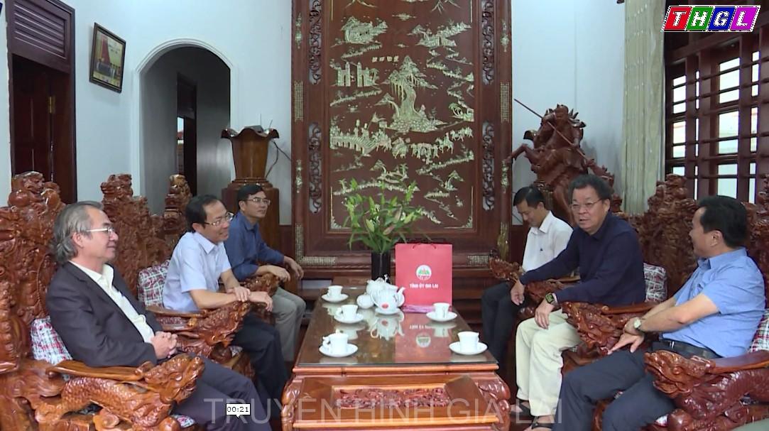 Phó Chủ tịch Thường trực UBND tỉnh Đỗ Tiến Đông thăm, tặng quà các đồng chí nguyên là lãnh đạo tỉnh qua các thời kỳ