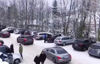 Bất chấp lệnh phong tỏa, người dân Đức vẫn đổ về khu trượt tuyết