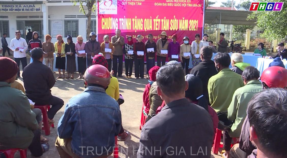 Đoàn đại biểu Quốc hội tỉnh Gia Lai phối hợp với Quỹ Thiện Tâm tổ chức tặng quà các hộ nghèo tại huyện Chư Sê