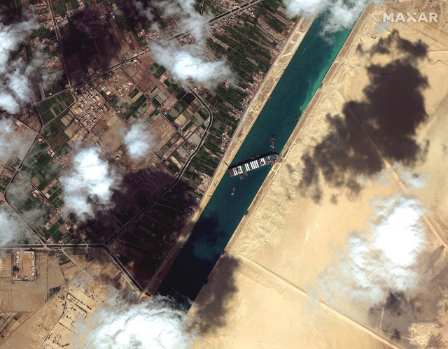 Nạo vét 2 bên bờ kênh Suez, tàu Ever Given đã nổi lên mặt nước