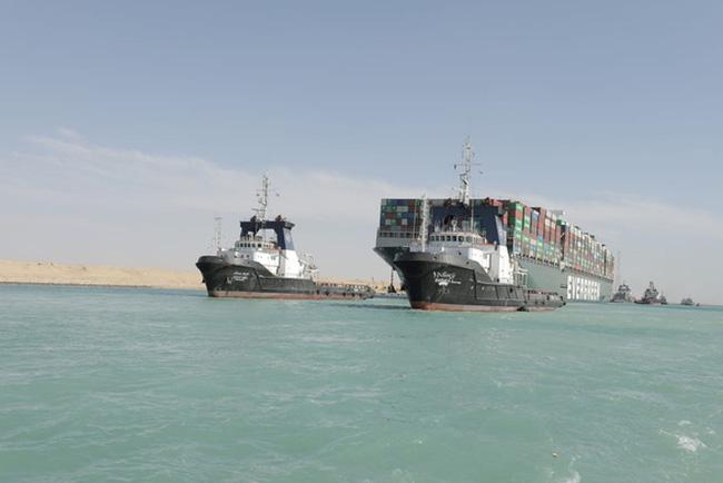 Vẫn còn 422 tàu mắc kẹt ở hai đầu kênh đào Suez