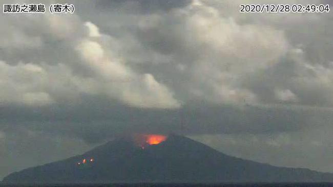 Núi lửa Otake ở Nhật Bản phun trào, hất đất đá văng xa hàng trăm mét