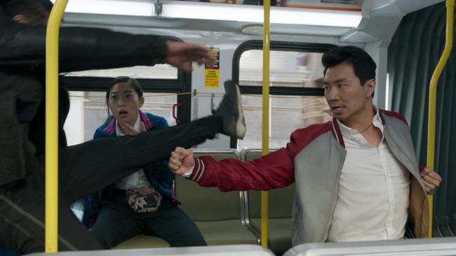 Shang-Chi, siêu anh hùng châu Á đầu tiên của Marvel tiếp tục dẫn đầu doanh thu phòng vé