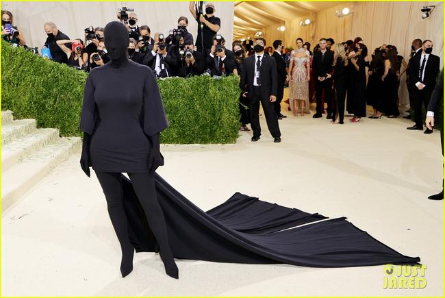 """Cô Kim """"siêu vòng 3"""" gây choáng váng với trang phục kín mít, không hở một milimet da thịt tại Met Gala 2021"""