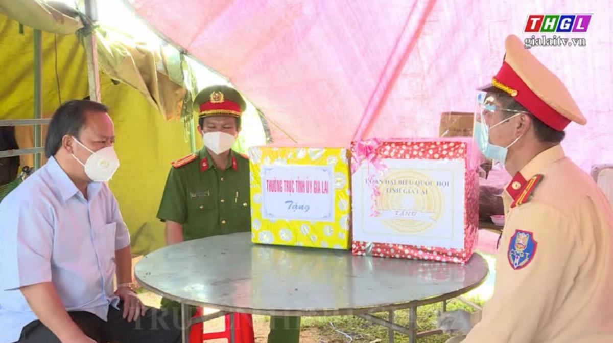 Phó Bí thư Thường trực Tỉnh ủy, Trưởng Đoàn đại biểu Quốc hội tỉnh Gia Lai Châu Ngọc Tuấn thăm, tặng quà các chốt kiểm soát phòng dịch Covid-19